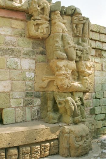 Skulptur am Tempel 22 in Copan